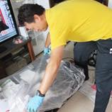 作業箇所にある備品の移動や作業により周辺が汚れないように養生(カバー)をします。