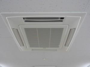 業務用エアコンはフィルター掃除で省エネ・長持ち。自分でもできるお手入れのコツ