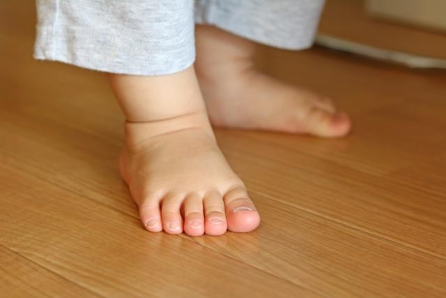 夏こそピカピカにしたい!足の垢でベタつくフローリングのお掃除術