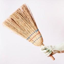 いつでも静かにササっとお掃除!一人暮らしに便利な箒(ほうき)の選び方・使い方