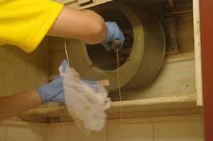 06レンジフードシロッコファン内部の油汚れ