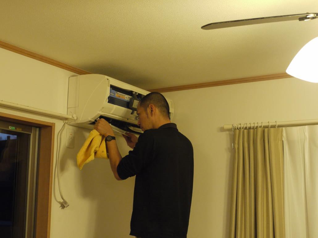 エアコンのクリーニングは市販のスプレー?業者の洗浄?