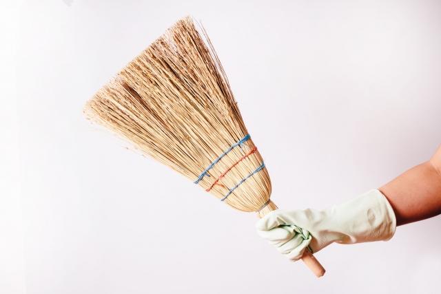 【おそうじマスターズコラム】いつでも静かにササっとお掃除!一人暮らしに便利な箒(ホウキ)の選び方・使い方