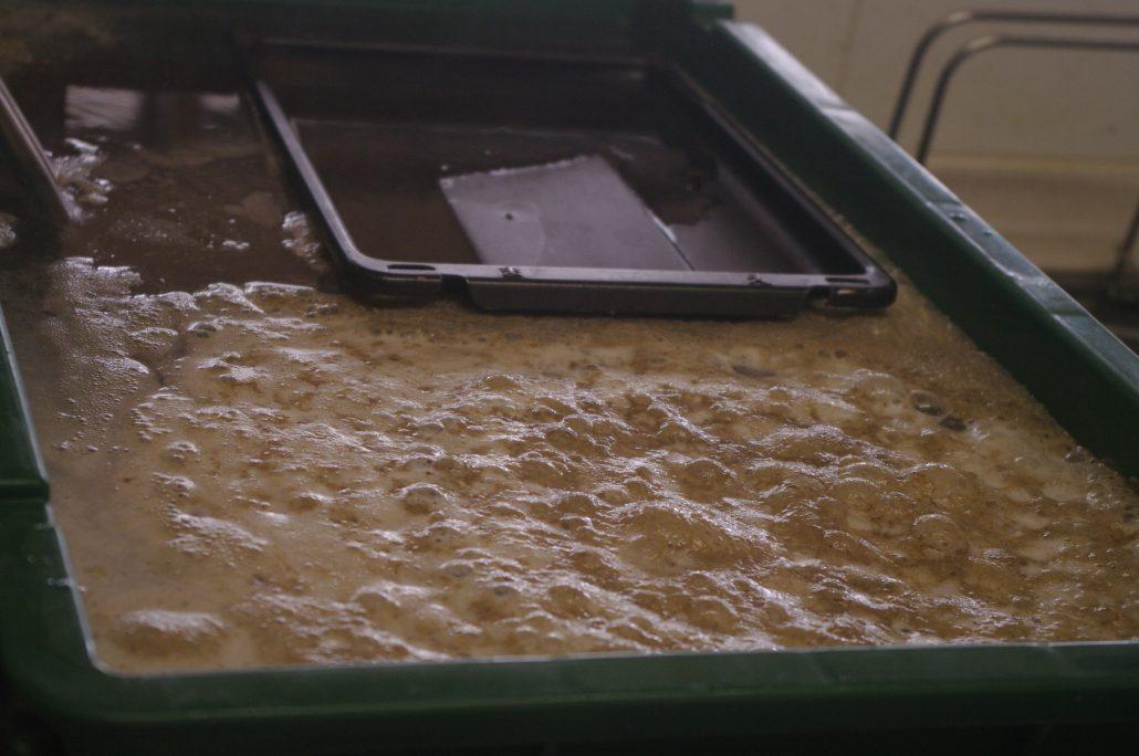 07レンジキッチンパーツ洗浄中